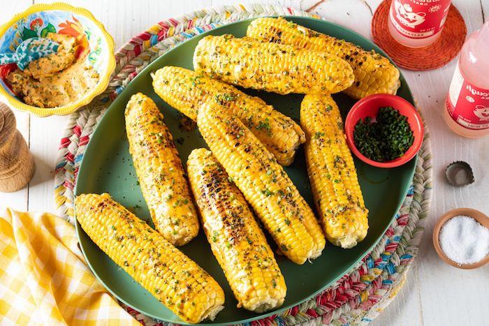 ein grüner teller mit maiskolben mexikanische gerichte mit gegrilltem und gegkochtem maiskolben maiskolben mit gewürzen