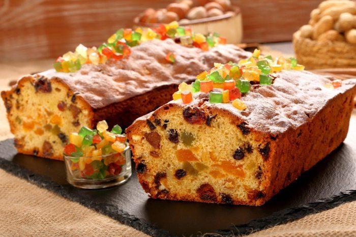 ein kuchen mit schikolade und kandierten fürchten und puderzucker kuchen backen
