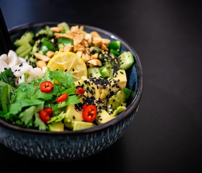 ein salat zum grillen schnell gemacht eine schüssel mit einem frischen salat mit avocaso sesamsamen roten paprikas und zitronen
