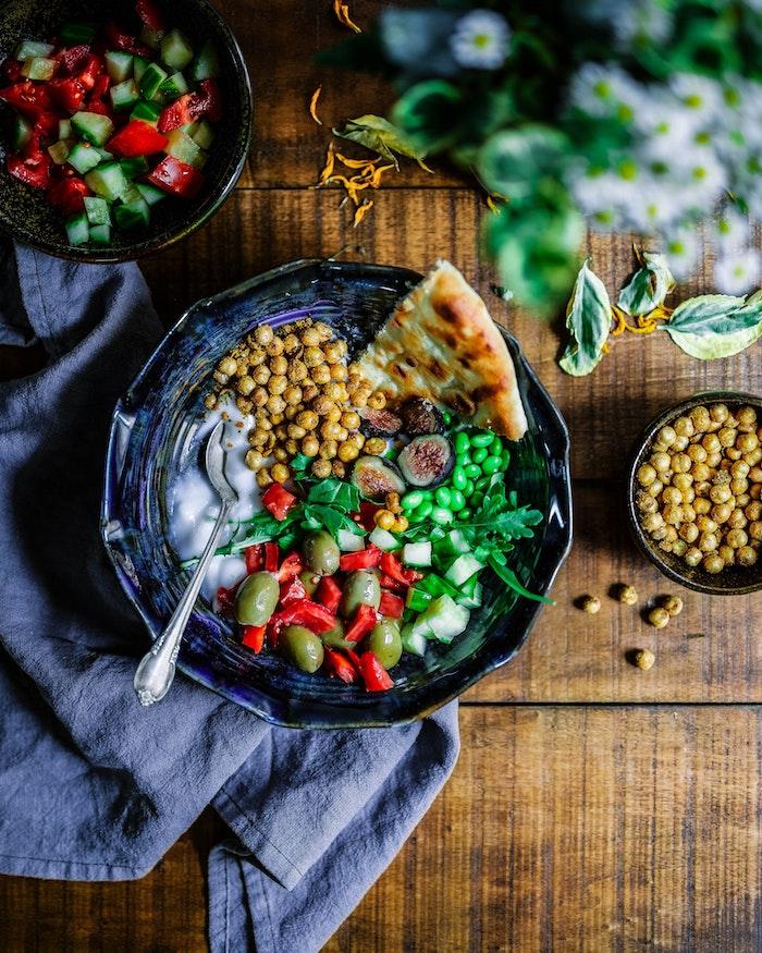 ein tisch aus holz welche salate passen zum grillen ein salat mit paprikas und kichererbsen