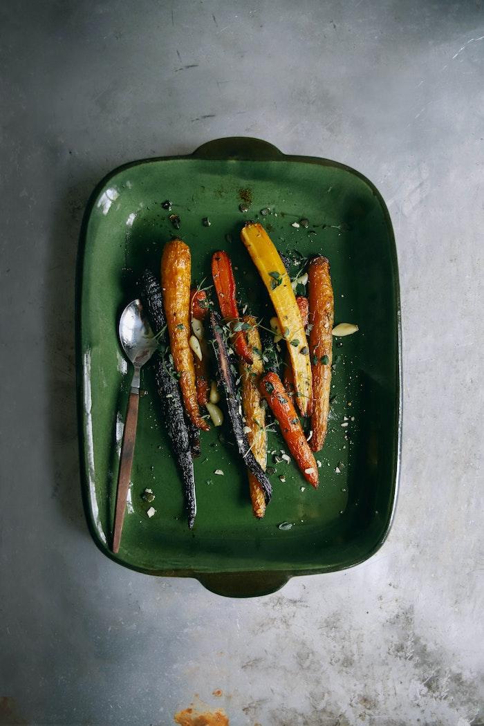 ein topf mit gebackenen süßkartoffeln mit knoblauch und gewürzen ein löffel ideen fpr kalte beilagen zum grillen schnell gemacht