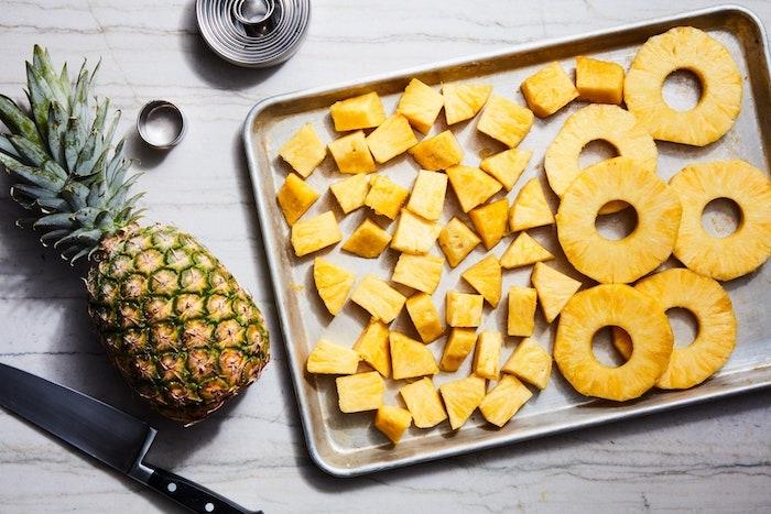 eine ananas schneiden kandierte früchte selber machen ein messer eine reife ananas kandieren