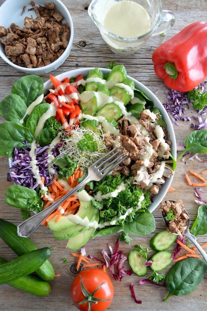 eine gabel was kann man für salate zum grillen machen eine schüssel mit salat mit frischen tomaten und möhren