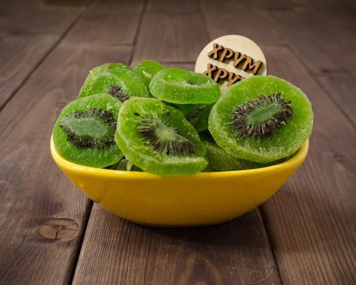eine gelbe schüssel kandierte früchte selber machen schüssel mit kandierter grüner kiwi
