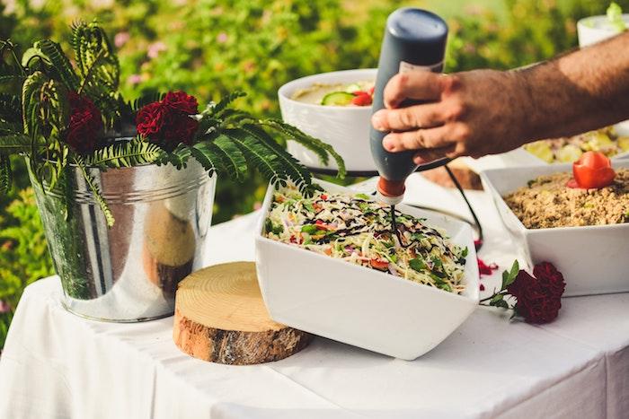 eine hand und eine bbq soße salat zum grillen schnell gemacht ein salat mit frischem kohl ein garten