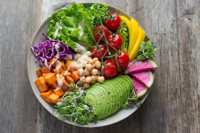 eine schüseel mit frischen tomaten salate zum grillen schnell gemacht salat mit kicjererbsen und avocado