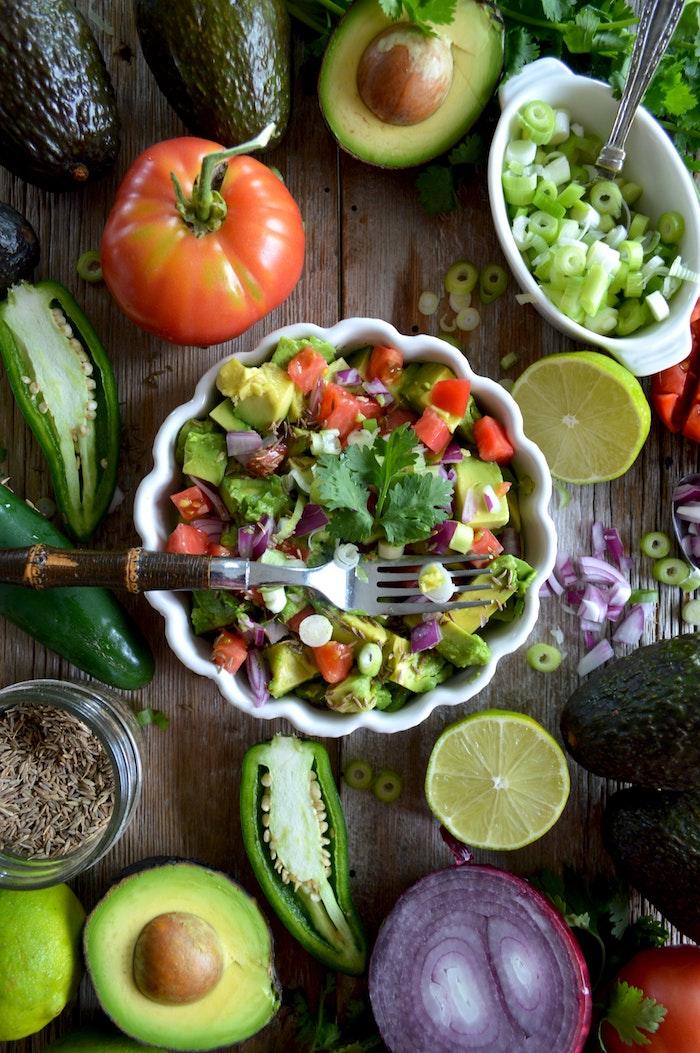 eine schüssel mit knoblauch salat zum grillen schnell gemacht gabel salat mit avocado
