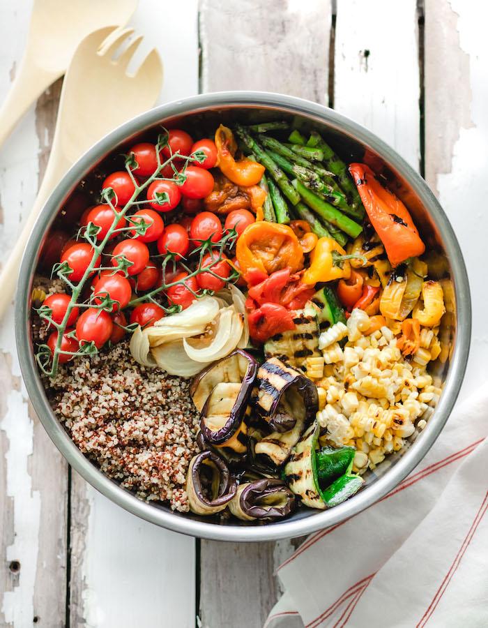 eine schüssel mit salat mit gegrilltem gemüse party salate zum grillen salat mit auberginen zucchini und tomaten