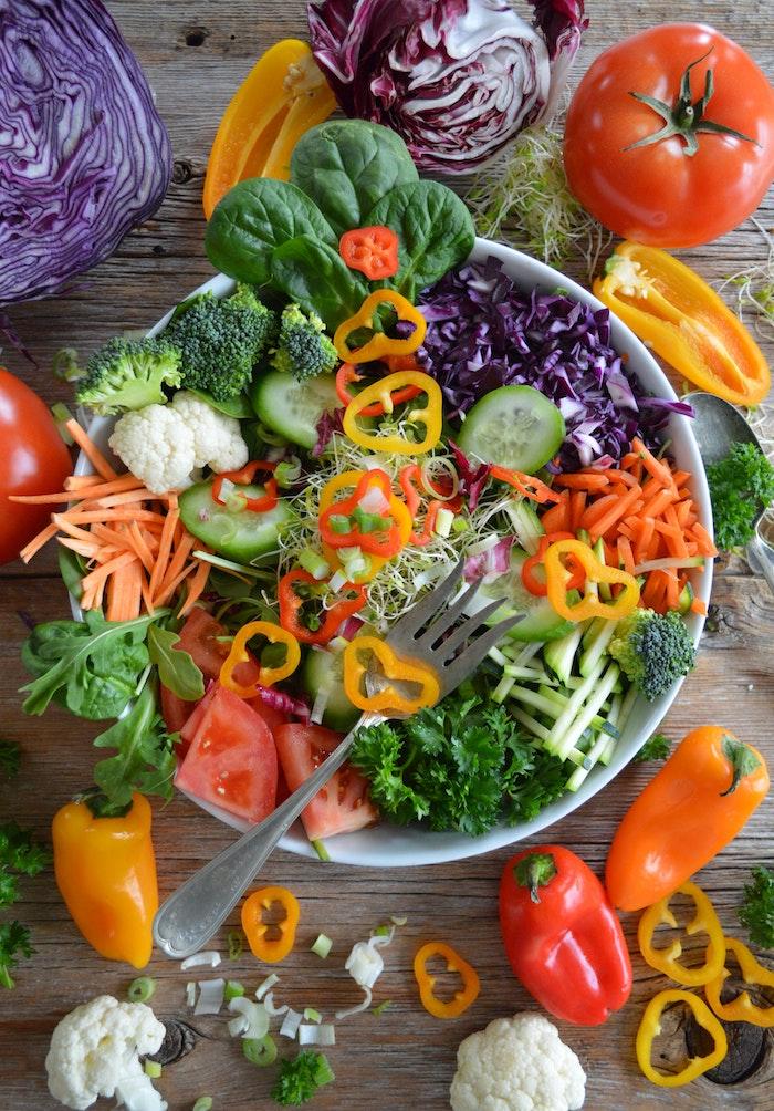 eine weiße schüssel mit salat mot brokkoli salat zum grillen schnell gemacht salat mit roten und gelben paprikas