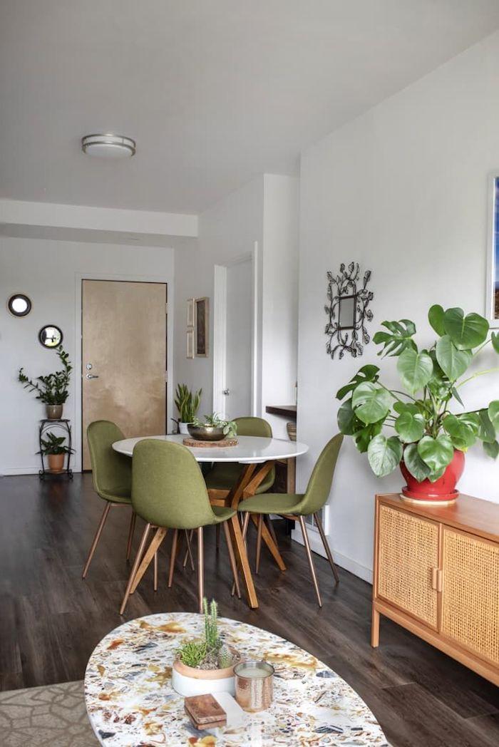 einrichtung ideen inspiration wohnzimmer mit essbereich runder weißer tisch grüne stühle ovaler kaffeetisch große grüne pflanze dunkler holzboden