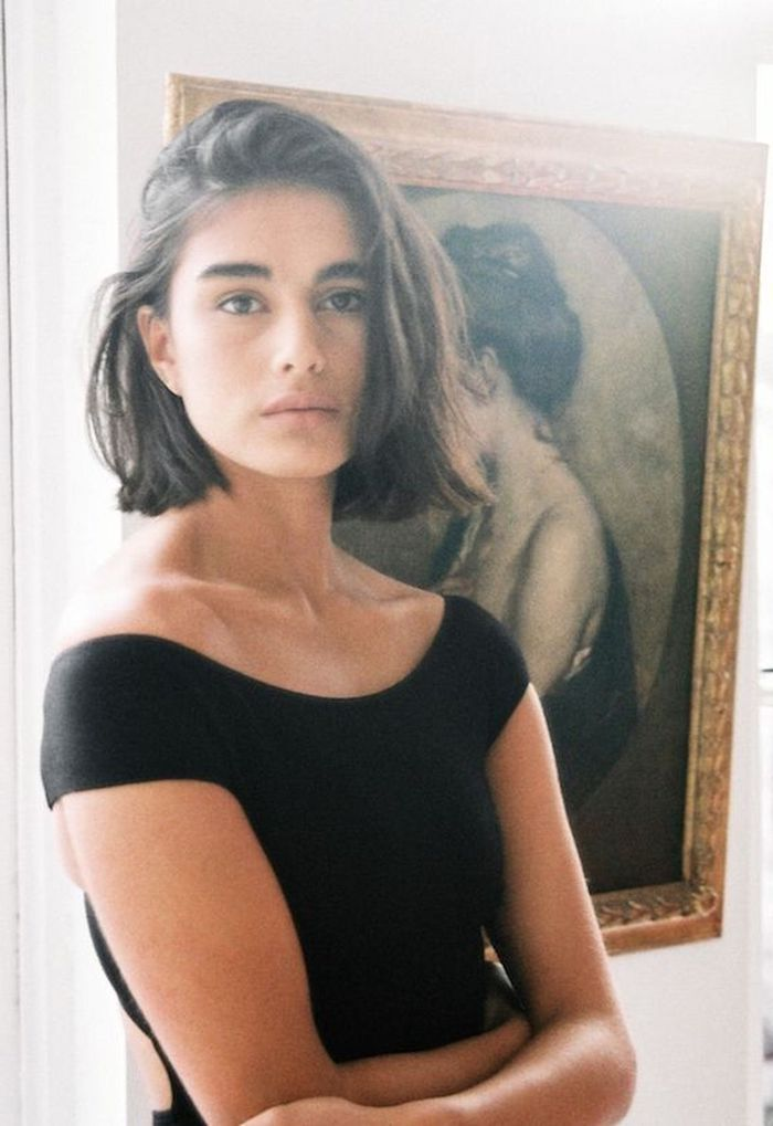 elegante dame im schönen schwarzen kleid kurze braune haare bob frisuren 2021 inspiration kurzhaarfrisuren damen ideen
