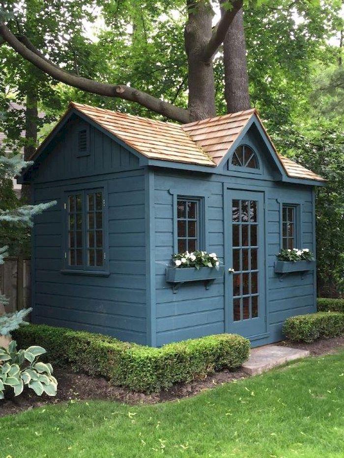elegantes gartenhaus modern dunkel blau wie kann ich mein gartenhäuschen renovieren weiße blumen