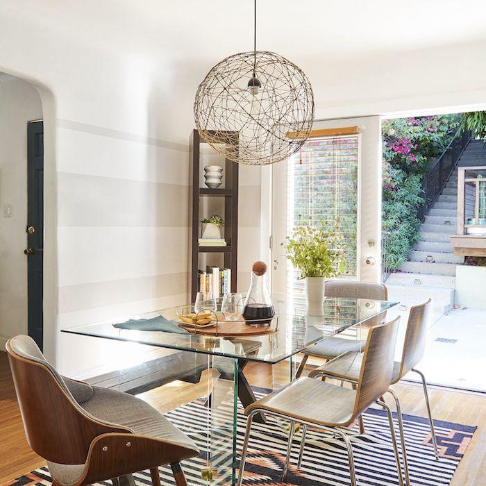 esstisch aus glas moderne pendelleuchte esszimmer ideen moderne inneneinrichtung essbereich kleiner schrank aus holz geometrischer teppich