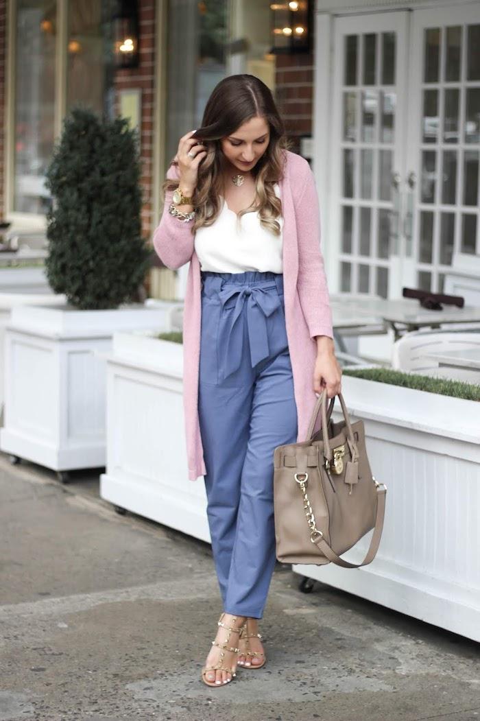 fashion mode inspiration blaue paperbag hose damen gestylt mit weißer eleganter bluse und pinkem cardigan große beige handtasche