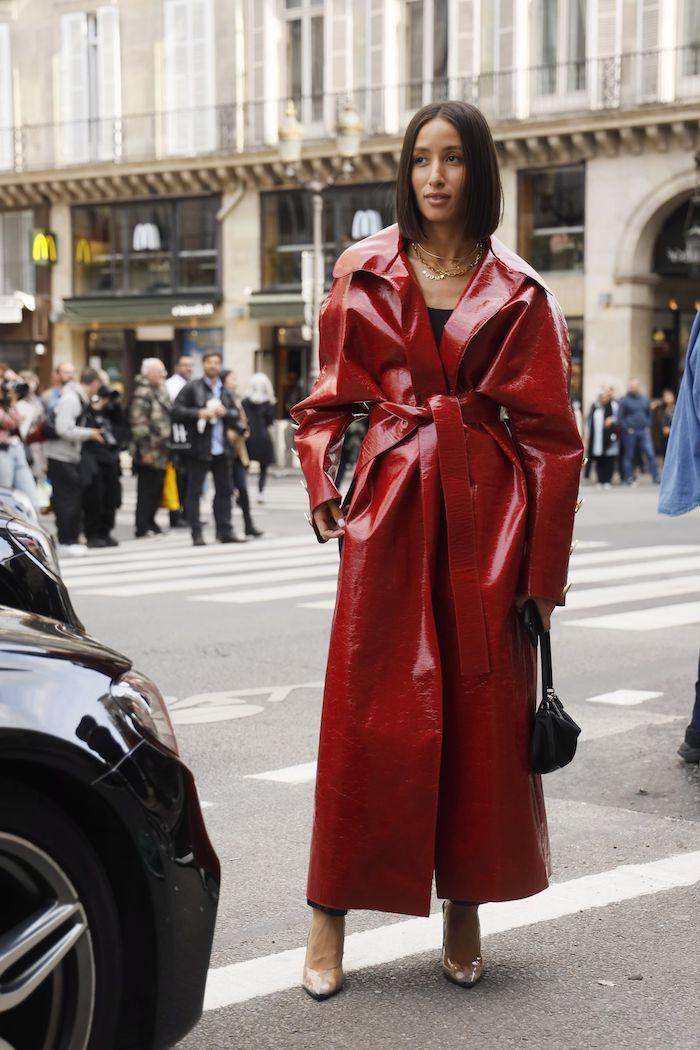 fashion week street style langer roter ledermantel elegantes outfit frau mit kurzen haaren mittelscheitel braune haarfarbe bob frisuren 2021 inspo