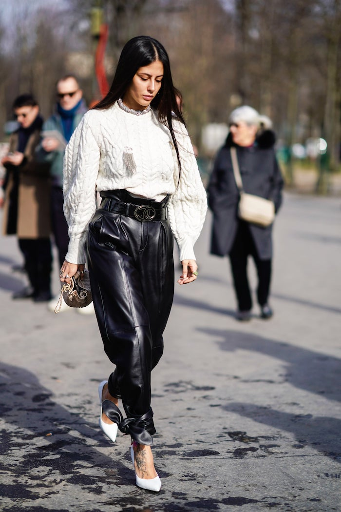 fashion week street style paperbag hose schwarz aus leder weißer puffiger pullover und high heels wie kann ich paperbag hosen stylen frau mit langen schwarzen haaren