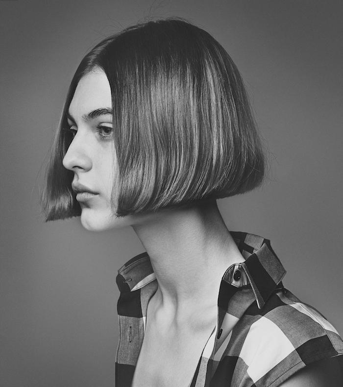 fotoshooting schwarz weißes foto model mit kurzen haaren karierte bluse pflegeleicht kurzhaarfrisuren für feines haar blunt bob frisur