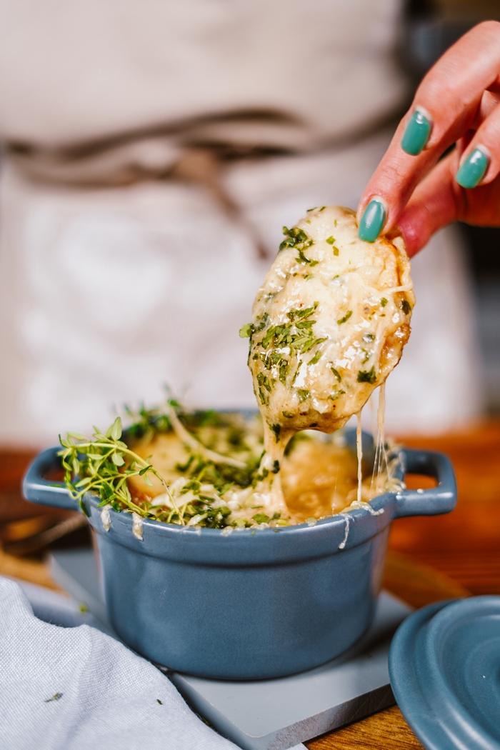 französische zwiebelsuppe gemüsesuppe suppe mit zwiebel zubereitungsweise geschmolzener käse kräuter