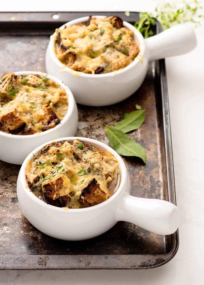 französische zwiebelsuppe rezept abendessen ideen suppe mit zwiebel käse und bruschettas