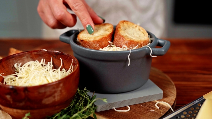 französische zwiebelsuppe rezept suppe mit zwiebel zubereiten bruschettas mit butter geriebener käse