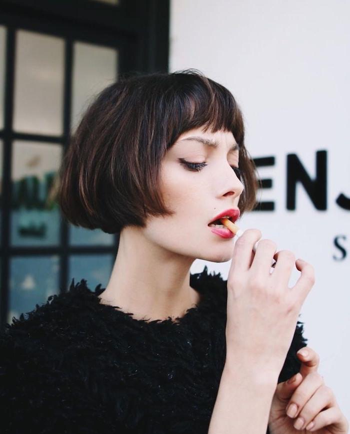 französischer haarschnitt inspiration bob frisuren 2021 mit pony flauschige schwarze bluse elegantes outfit inspiration