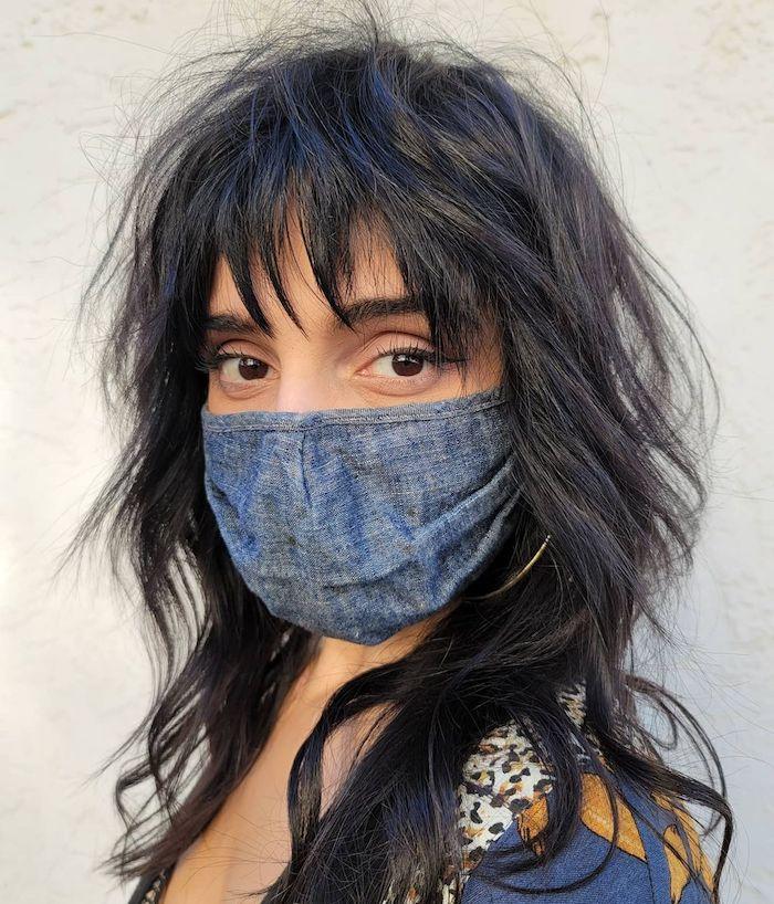 frau mit blauer maske schwarze gewellte haare shag haircut trend 2021 wie soll ich mir die haare schneiden inspiration