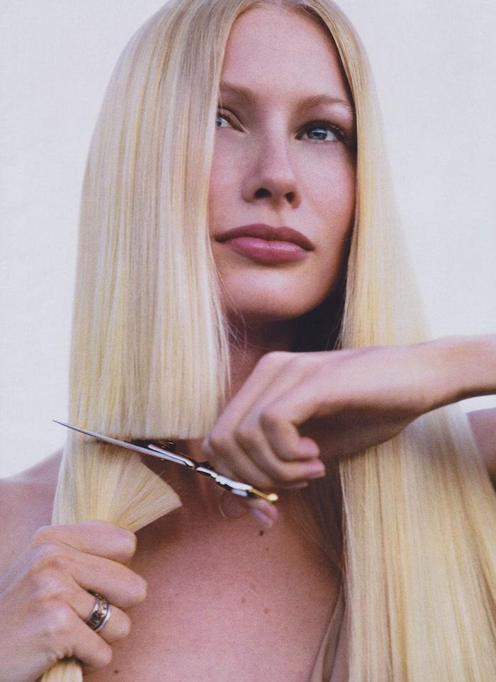 frau mit langen blonden haaren schneidet sich die haare ab bob frisuren mittellang blunt bob frisur kurze haarschnitte ideen