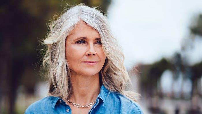 frauen ab 50 mittellange frisuren für frauen ab 50 jünger machen langer bob mittellange haare 2021 grau frau mit blauem hemd