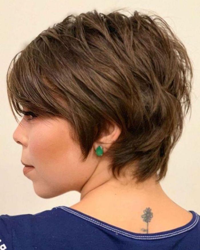 frech fransig kurzhaarfrisuren frauen frech long pixie cut mit volumen und langem pony frau pixie cut 2021 grüne ohrringe tattoo
