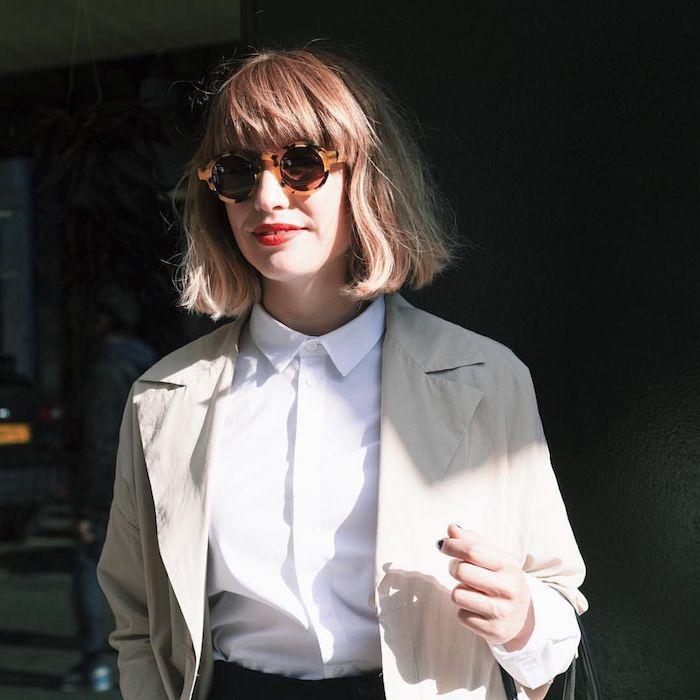 freche runde sonnenbrillen weißes hemd und jacke casual street style outfit coole kurzhaarfrisuren damen inspo dame mit blonden haaren