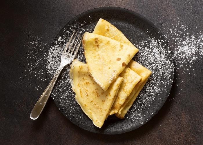 füllung für pfannkuchen gefüllte pfannkuchen mit spinat dünne pfannkuchen vegetarisch schwarze teller puderzucker
