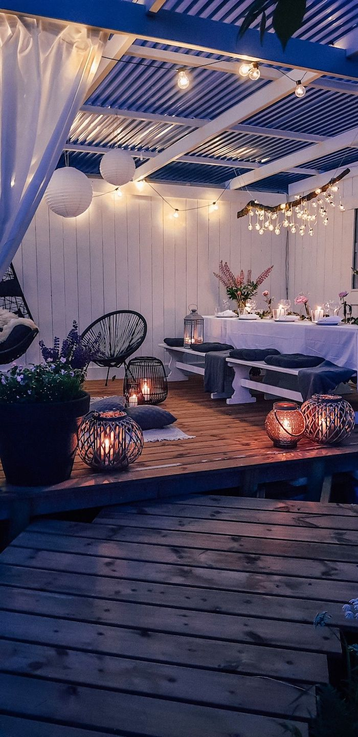 garten mit sichtschutz großer gedeckter tisch gartengestaltung beispiele und bilder angezündete kerte romantisches ambiente