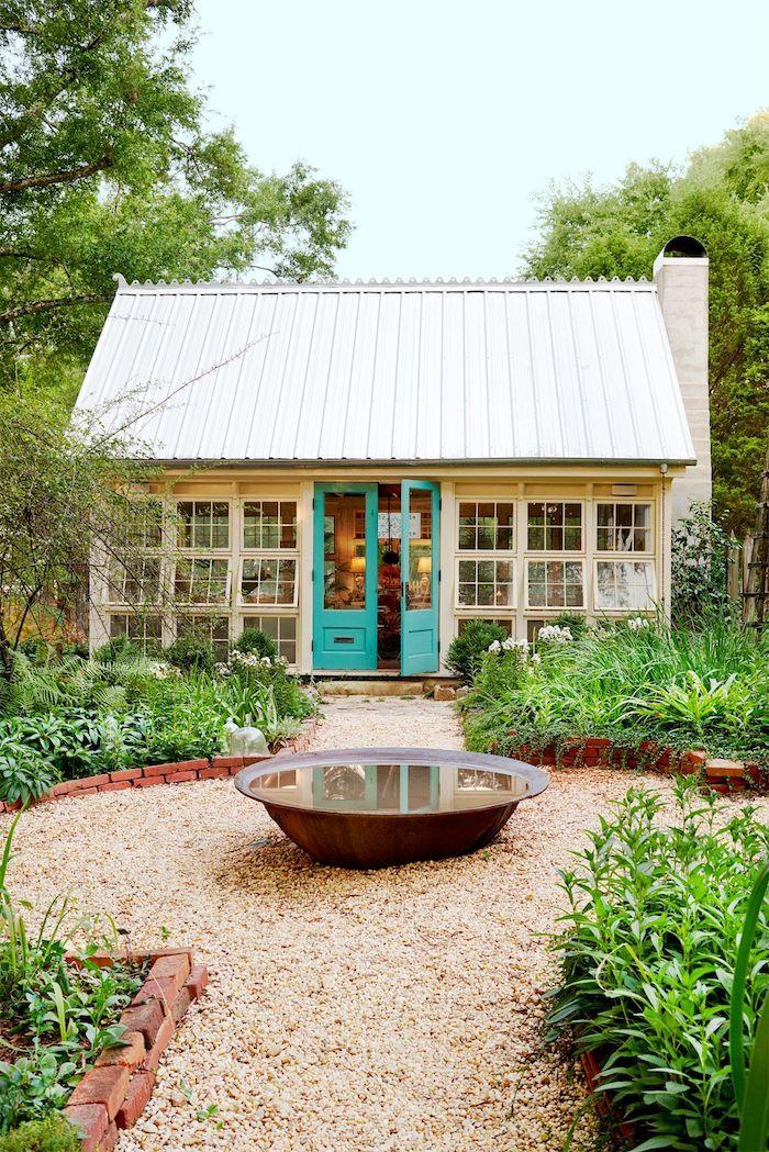 gartenschuppen kretiv renovieren und umwandeln garten holzhaus mit blauer tür außeneinrichtung inspiration