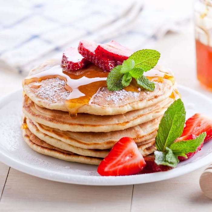 gefüllte pfannkuchen herzhafte pfannkuchen rezept pfannkuchen mit erdbeeren und honig frische minzblätter