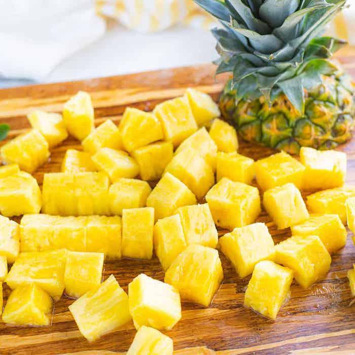 gelbe geschnittene ananas kandierte früchte selber machen ein brett aus holz