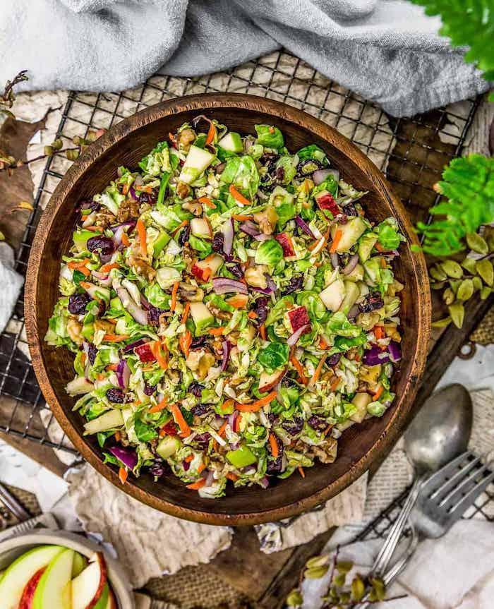 gerichte mit rosenkohl rezept für rosenkohl mit balsamico glaze frischer salat rosenkohlgemüse fein gehackter salat mit rosenkohl