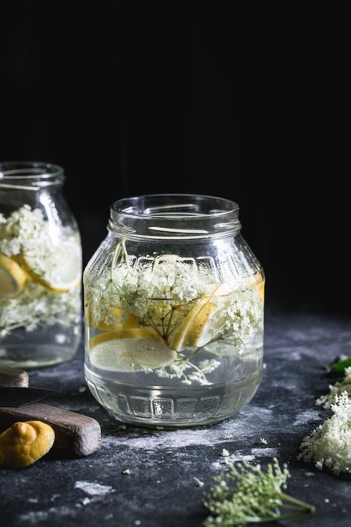 geschnittene frische zitrone holunderblütensirup ohne zucker selber machen glas miut saft