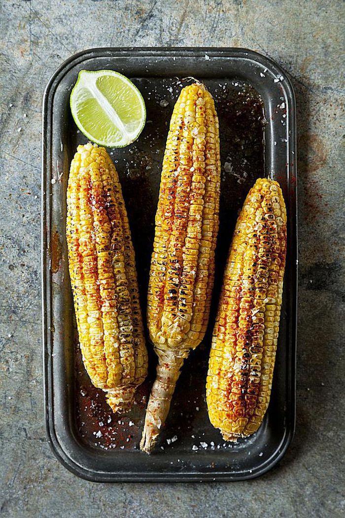 geschnittene limette drei maiskolben mexikanische maiskolben kochen tipps maiskolben mit gewürzen