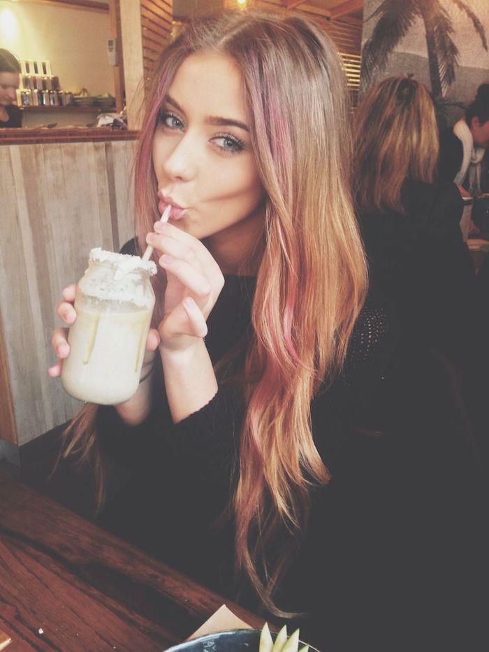 gesichtsrahmen highlights blond pink mädchen mit langen blonden haaren frau trinkt aus einem glas braune haare mit blonden strähnen