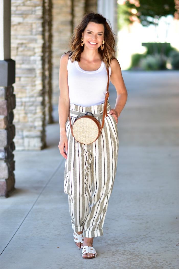 gestreift paper bag hose mit hohem bund basic weißes top weiße sandalen runde umhängetasche sommer outfit inspiration lässiges outfit