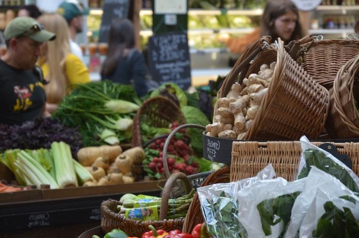 gesunde gerichte gesund essen schnelle gerichte einfache rezepte leicht essen am abend kimbino einkaufsmarkt leute körbe mit gemüsen