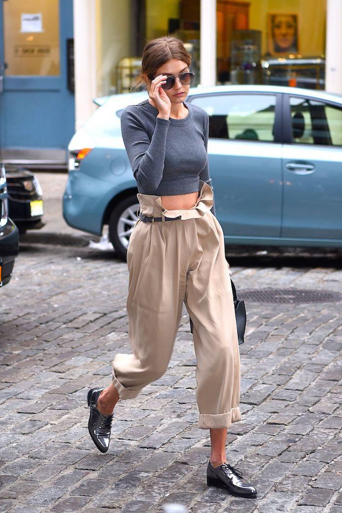 gigi hadid weite hose paperbag hose beige graue crop top bluse oxford schuhe silber street style new york models