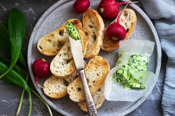 grauer mteller mit brotscheiben beilagen zum grillen schnell gemacht messer mit einer butter mit frischem bärlauch