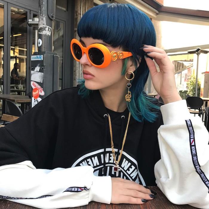 große orange sonnebrillen frau mit blauen haaren frisur vokuhila mullet frisur modern 2021