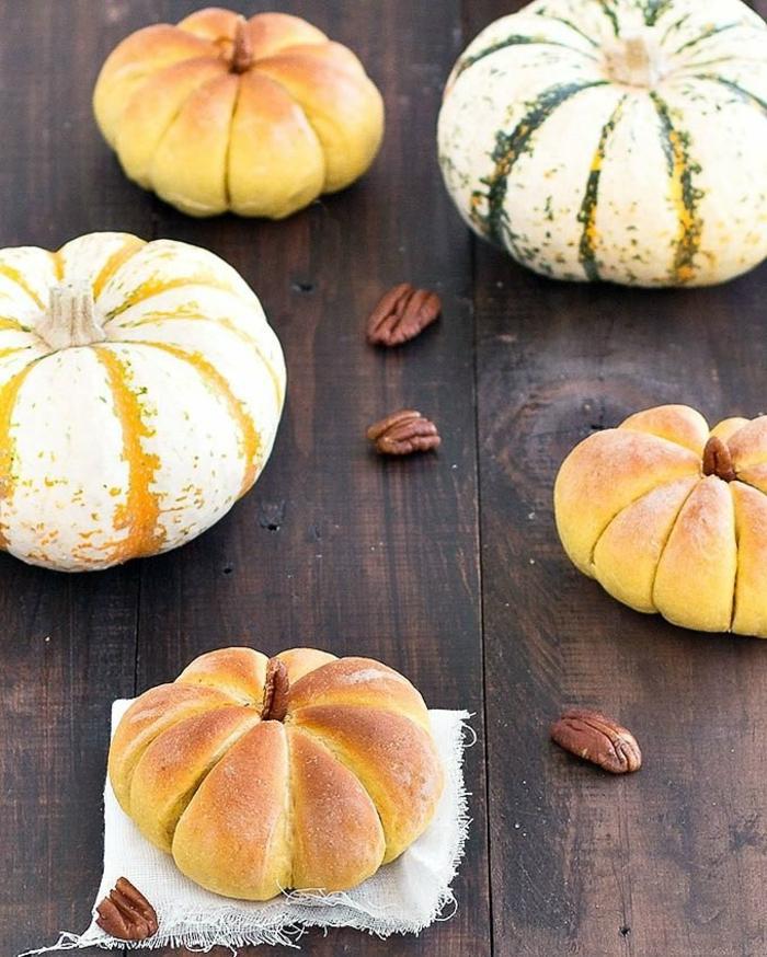 große und kleine gebackene kürbise rezept kürbisbrot zu halloween zubereiten leicht und schnell