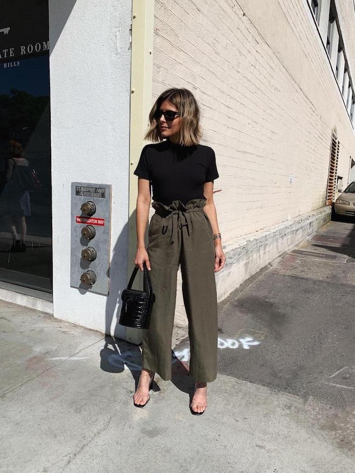 grüne-paper-bag-hose-gestylt-mit-basic-schwarzem-t-shirt-und-mini-handtasche-blonde-kurzhaarschnitte-moderne-sonnenbrillen-street-style-inspiration-und-ideen