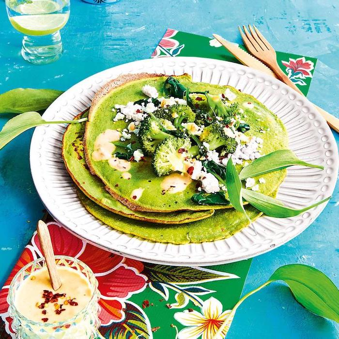 grüne pfannkuchen mit spinat feta broccoli frisch dünne pfannkuchen rezept soße