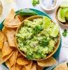 grüner teller mit nachos guacamole selber machen mit frischen avocados limetten und frischer petersilie