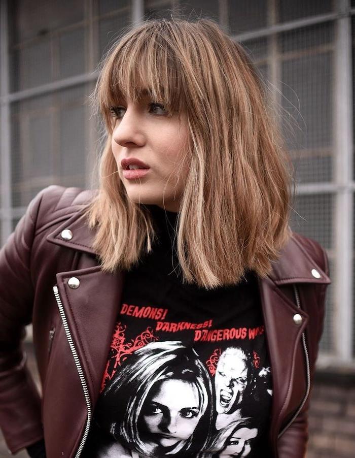 grunge outfit schwarzes demonen t shirt burgundenrote lederjacke frau mit dunkel blonden haaren kurzhaarfrisuren frauen mit pony inspiration
