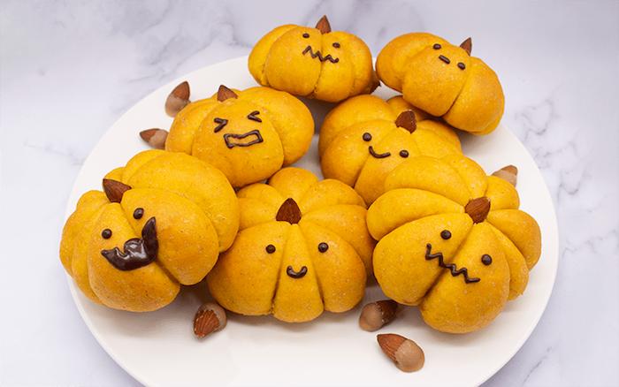 gruseliges essen für halloween zubereiten hausgemachtes kürbisbrot backen leicht und schnell